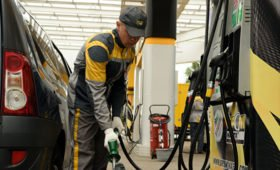 В офисе Зеленского заявили о скором снижении цен на топливо на Украине