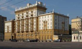 Стало известно, зачем посольство США вывесило ЛГБТ-флаг в центре Москвы