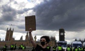 Эксперт оценил столкновения в Лондоне и Париже: «управляемый характер»