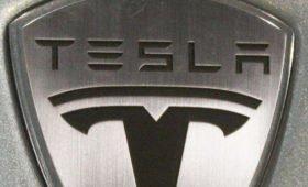Автопилот Tesla среагировал на появляющийся на долю секунды псевдознак на билборде